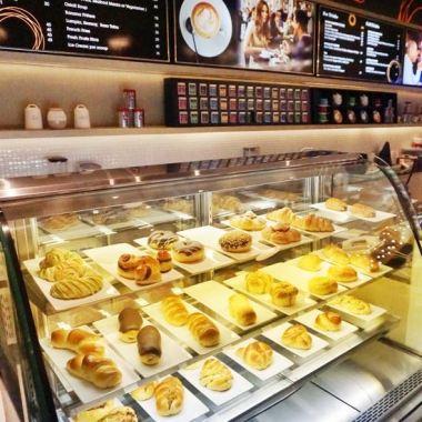 Selain-ngopi-bisa-juga-nyemil-berbagai-pastry-di-Toastina