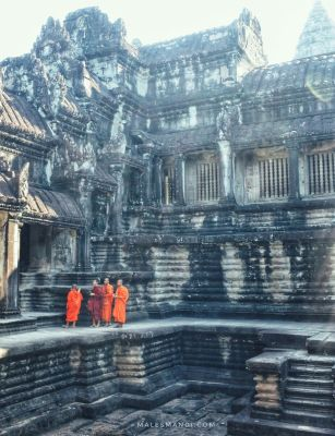 monks-in-angkor
