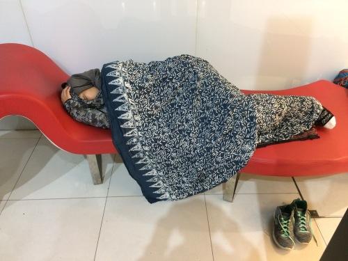tidur-di-airport